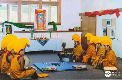 Monjes recitando mantra
