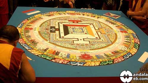 Mandala de arena tibetano casi terminado
