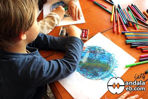 Libertad de expresión coloreando mandala de niños