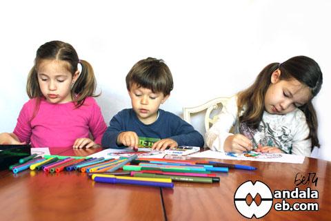 Tres niños coloreando mandalas
