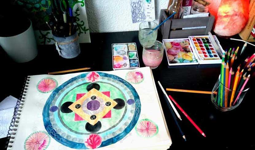 proceso artístico de creación de un mandala original