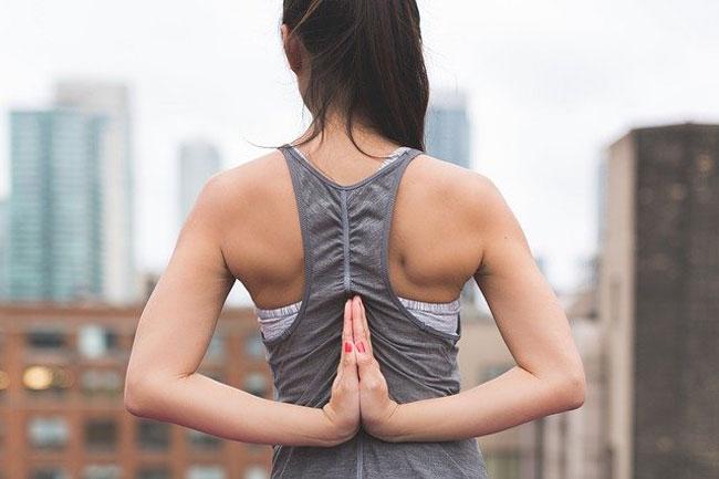 camiseta de tirantes para yoga gris