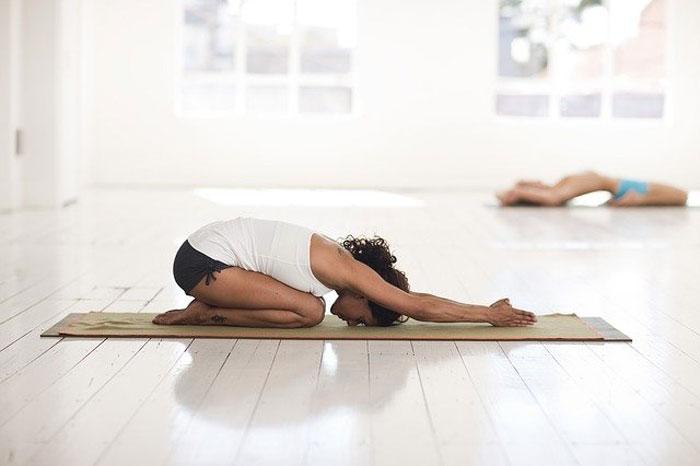 La esterilla nos proporciona un espacio privado para hacer yoga