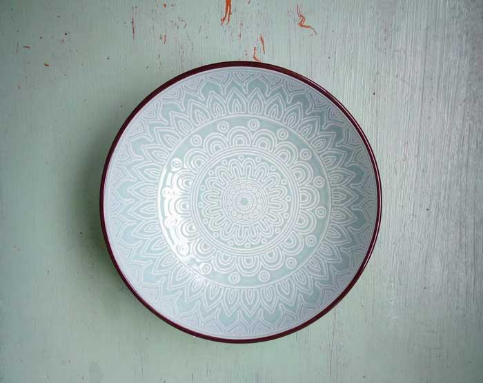 Plato de mandala hecho de cerámica, color turquesa.
