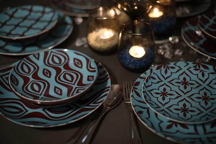 Vajilla azul y marrón con mandalas