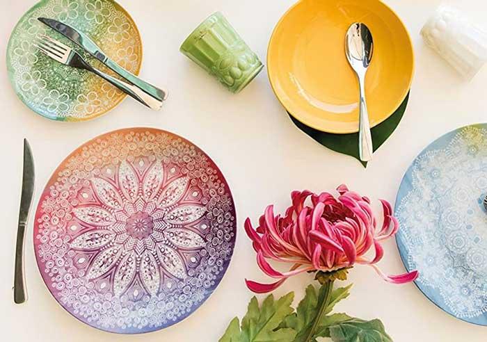 Los platos de mandala le dan un toque de color a tu mesa.